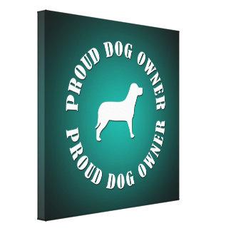 Dueño orgulloso del perro lienzo envuelto para galerias