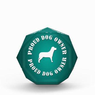 Dueño orgulloso del perro
