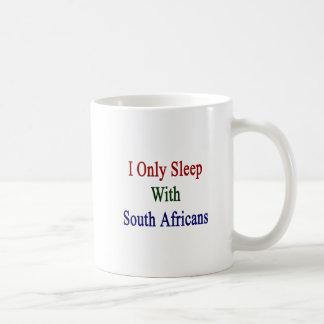 Duermo solamente con los africanos del sur taza de café