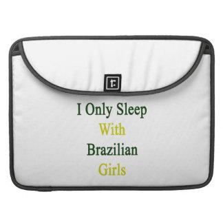 Duermo solamente con los chicas brasileños funda para macbooks