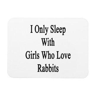 Duermo solamente con los chicas que aman conejos imanes rectangulares