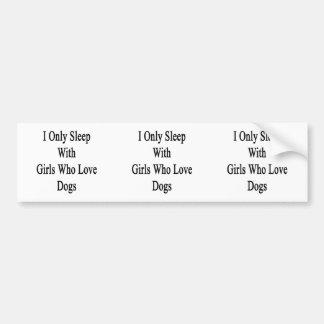 Duermo solamente con los chicas que aman perros etiqueta de parachoque