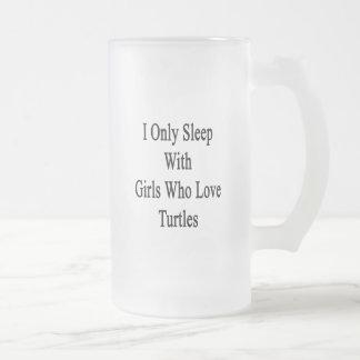 Duermo solamente con los chicas que aman tortugas taza