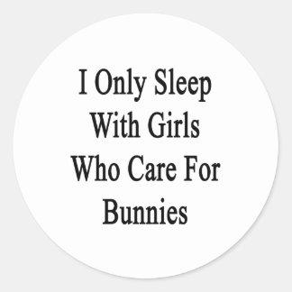 Duermo solamente con los chicas que cuidan para pegatinas redondas