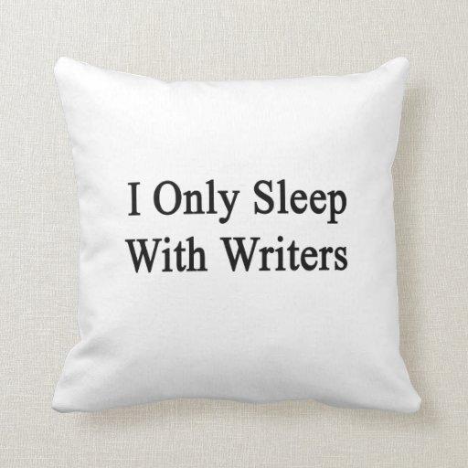 Duermo solamente con los escritores cojines