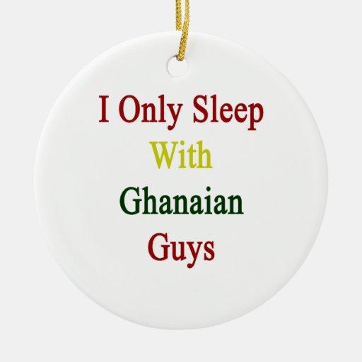 Duermo solamente con los individuos ghaneses adorno