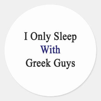 Duermo solamente con los individuos griegos pegatina redonda
