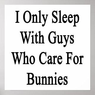 Duermo solamente con los individuos que cuidan par poster
