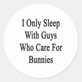 Duermo solamente con los individuos que cuidan pegatina redonda