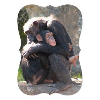 """¡Dulce! Dos chimpancés comparten un abrazo Invitación 5"""" X 7"""""""
