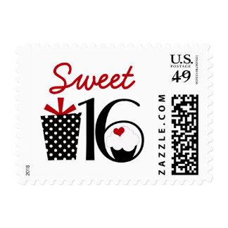 Dulce femenino lindo dieciséis con el regalo y la sello