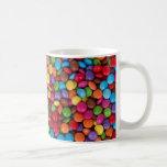 Dulces redondos coloridos del caramelo de chocolat tazas de café