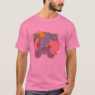 Dumbo que se sienta en una carretilla playera