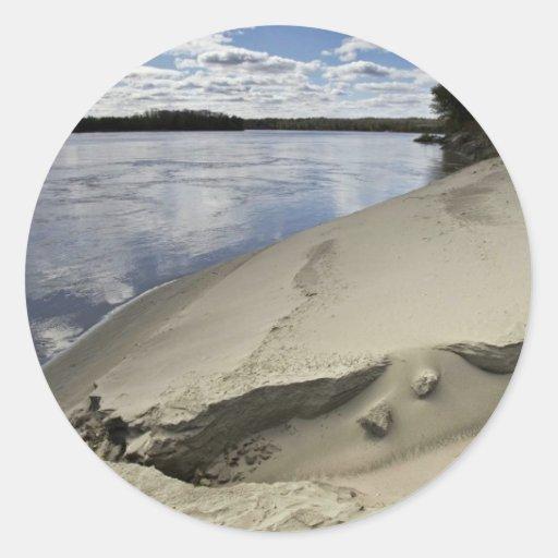Duna de arena en el borde del río Missouri Pegatina Redonda