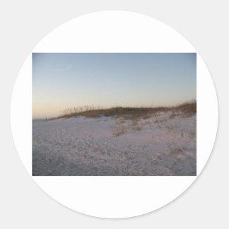 Duna de arena en la playa etiqueta redonda
