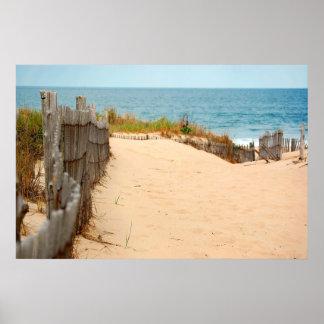Duna de arena y cerca del mar póster