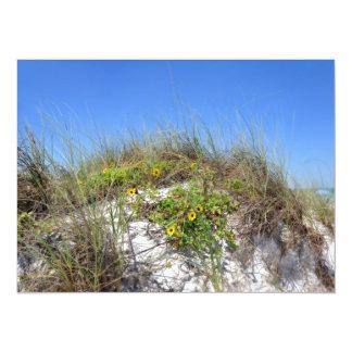 Duna de la playa con las flores amarillas