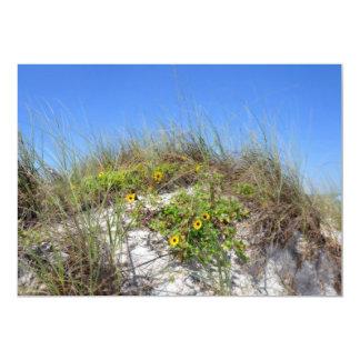 """Duna de la playa con las flores amarillas invitación 5"""" x 7"""""""