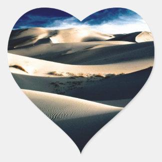 Dunas azotadas por el viento de los desiertos pegatina en forma de corazón