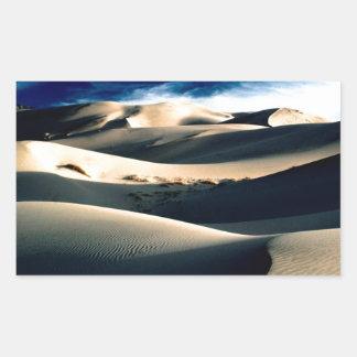 Dunas azotadas por el viento de los desiertos pegatina rectangular