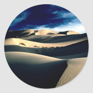 Dunas azotadas por el viento de los desiertos pegatina redonda