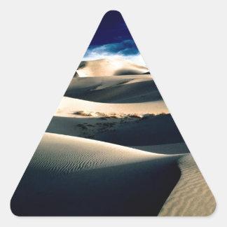 Dunas azotadas por el viento de los desiertos pegatina triangular