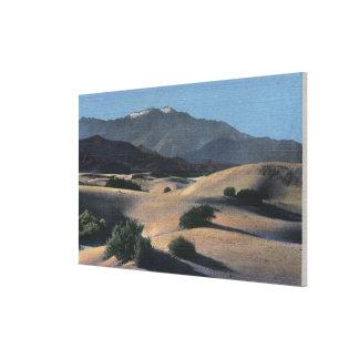 Dunas de arena del desierto y montañas coronadas d impresión en lienzo estirada