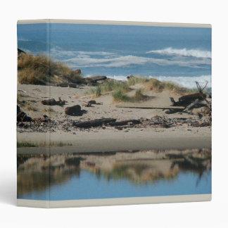 Dunas de arena y carpeta de Avery de la playa de D