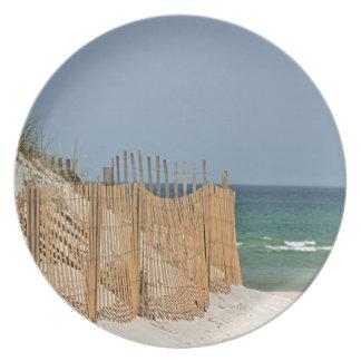 Dunas de arena y cerca de la playa platos de comidas