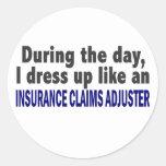 Durante el ajustador de crédito de seguro del día etiquetas redondas