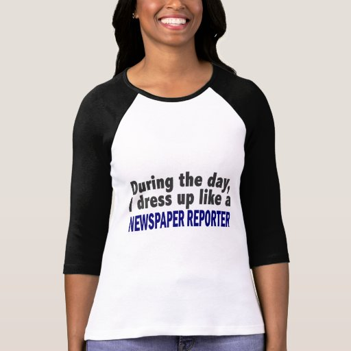 Durante el día me visto para arriba como reportero camiseta