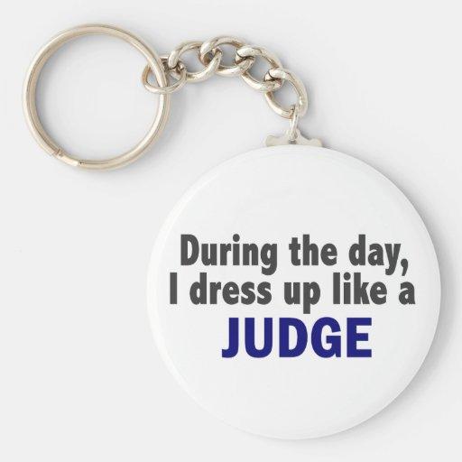 Durante el día me visto para arriba como un juez llavero redondo tipo pin