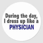 Durante el día me visto para arriba como un médico pegatina redonda