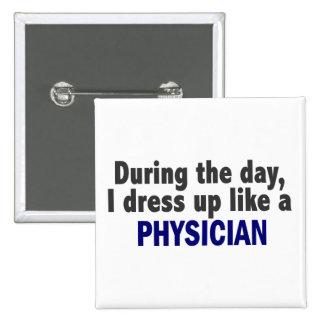 Durante el día me visto para arriba como un médico pins