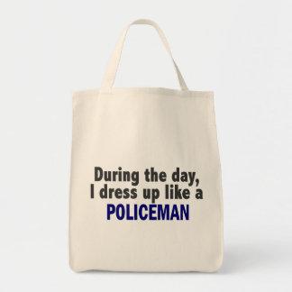 Durante el día me visto para arriba como un policí bolsas