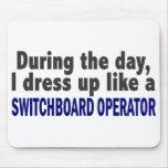Durante el día visto para arriba al operador de ce tapete de ratón