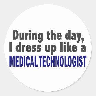 Durante el día visto para arriba al tecnólogo médi etiquetas redondas