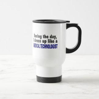 Durante el día visto para arriba al tecnólogo médi tazas de café
