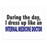 Durante el doctor de la medicina interna del día tarjeta postal