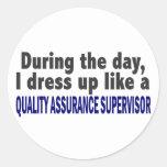 Durante el supervisor de la garantía de calidad de pegatinas redondas