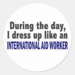 Durante el trabajador de ayuda internacional del d etiqueta redonda