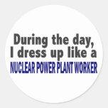 Durante el trabajador de la central nuclear del pegatinas redondas