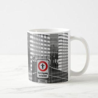 Durchgang verboten mugs
