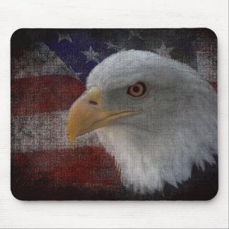 Eagle calvo americano patriótico en bandera mouse pads