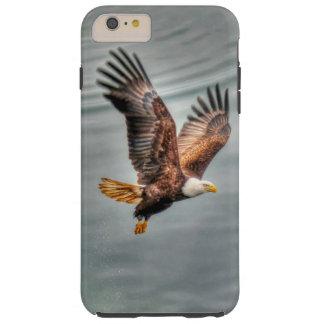 Eagle calvo americano que vuela sobre el océano funda de iPhone 6 plus tough