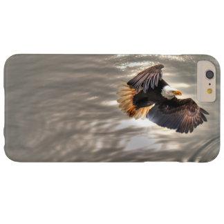Eagle calvo americano que vuela sobre el océano funda de iPhone 6 plus barely there