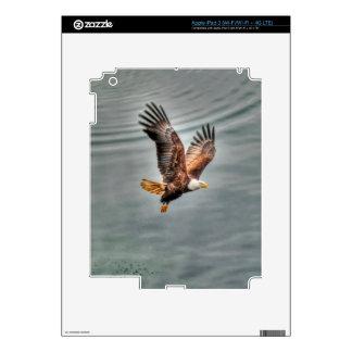 Eagle calvo americano que vuela sobre el océano iPad 3 pegatinas skins