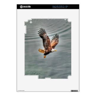 Eagle calvo americano que vuela sobre el océano skin para el iPad 2
