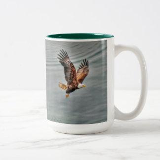 Eagle calvo americano que vuela sobre el océano taza de dos tonos