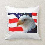 Eagle calvo americano y bandera de los E.E.U.U. Almohadas